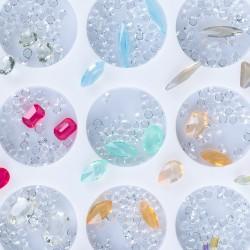 Įvairių formų ir atspalvių nagų dailės dekoracijos dėžutėje Nr - 7